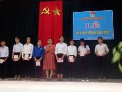 Đoàn xã Tam Lộc tổ chức Lễ kết nạp Đoàn viên mới và trao thẻ Đoàn viên  đợt 2 năm 2018