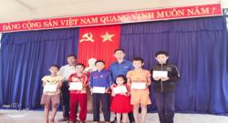 Đoàn xã Tam Thành phối hợp với UBND xã tổ chức tặng quà cho các em học sinh nhân Ngày Quốc tế Thiếu nhi 01/6