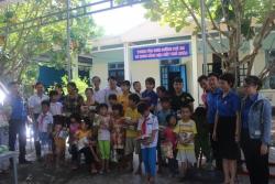 Chi đoàn cơ quan khối Đảng thăm và tặng quà các em thiếu nhi tại Trung tâm nuôi dưỡng trẻ em có hoàn cảnh đặc biệt khó khăn
