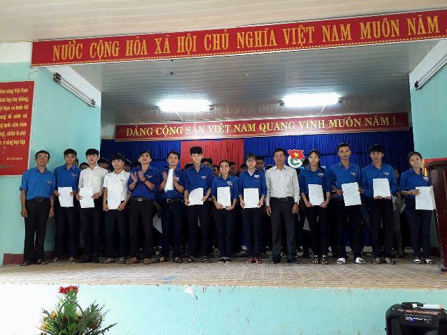 BCH Đoàn trường THPT Trần Văn Dư tổ chức lễ kết nạp lớp Đoàn viên nhân kỷ niệm 87 năm ngày thành lập Đoàn