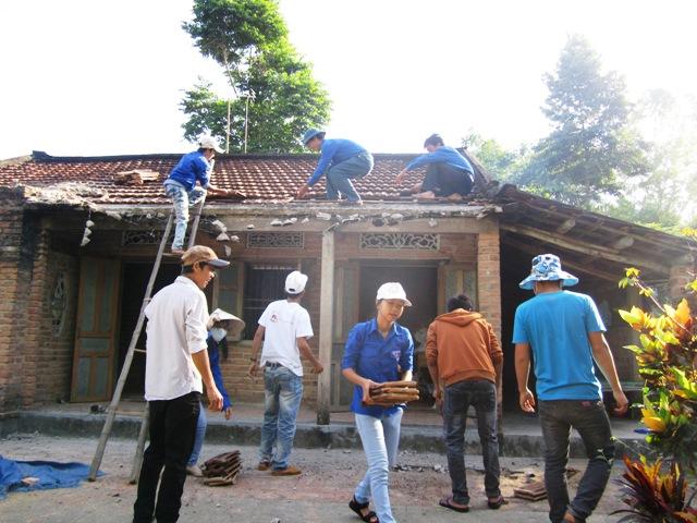 Đoàn thị trấn Phú Thịnh: tổ chức hoạt động giúp gia đình chính sách khó khăn trên địa bàn