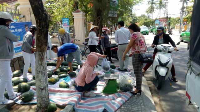 Đoàn xã Tam vinh phối hợp hỗ trợ nông dân bán dưa hấu  vụ Đông – Xuân 2018