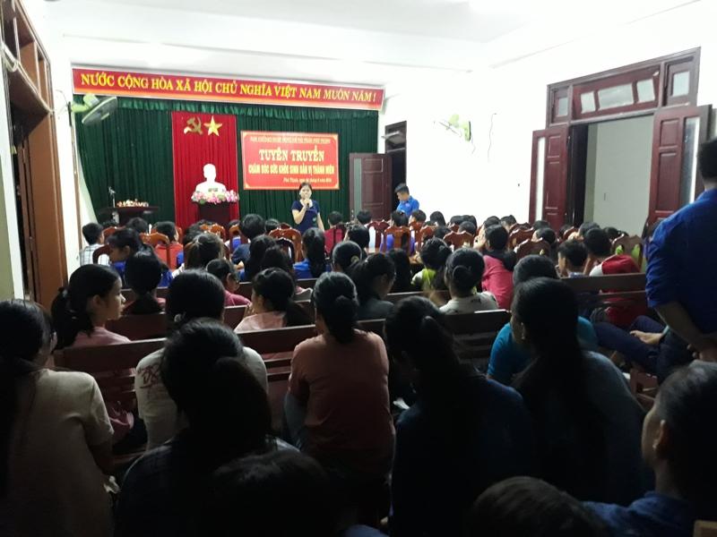 Đoàn Thanh niên phối hợp với Dân số thị trấn Phú Thịnh tổ chức buổi tuyên truyền chăm sóc sức khỏe sinh sản vị thành niên cho hơn 200 học sinh về sinh hoạt hè tại địa phương