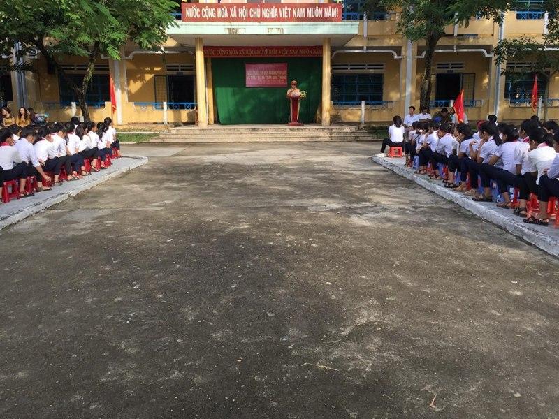 Huyện đoàn phối hợp Đoàn thanh niên thị trấn Phú Thịnh tổ chức tuyên truyền Luật giao thông đường bộ cho giáo viên, học sinh Trường THCS Nguyễn Hiền