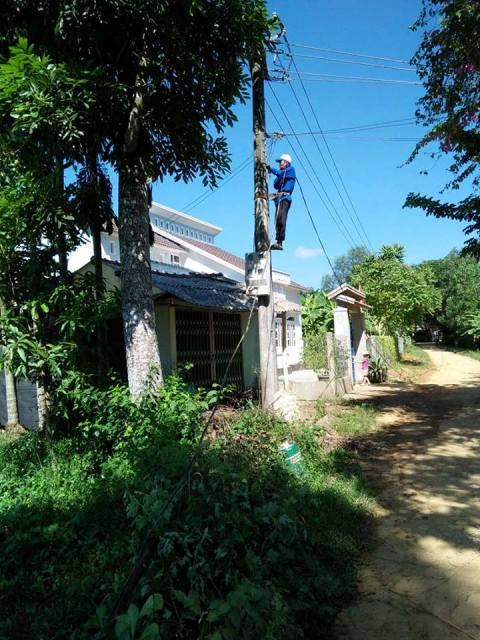 """Đoàn xã Tam Lộc tiếp tục ra quân xây dựng công trình """"tuyến điện thắp sáng đường quê"""" tại khu dân cư thôn Tây Lộc và Ma Phan"""