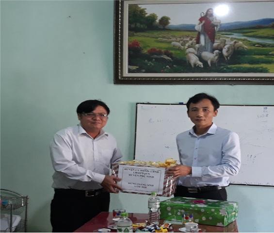 Đ/c Nguyễn Phi Thạnh - Bí thư-  Chủ tịch UBND huyện tặng quà chúc mừng