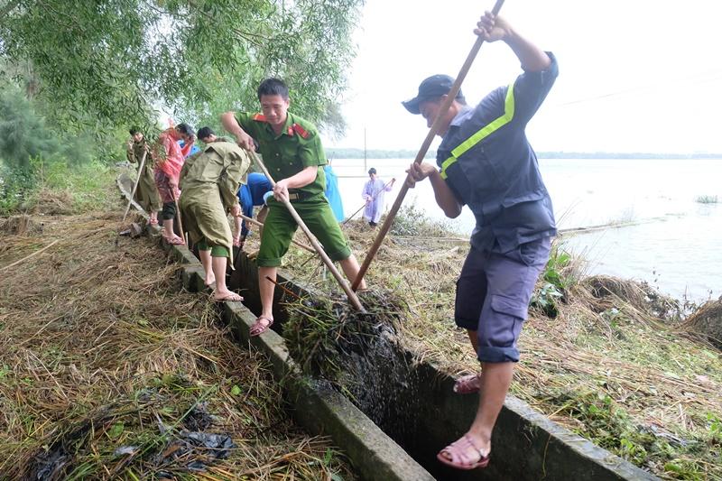 Đoàn thanh niên Công an tỉnh nạo vét 2,5km kênh mương nội đồng. Ảnh: L.C