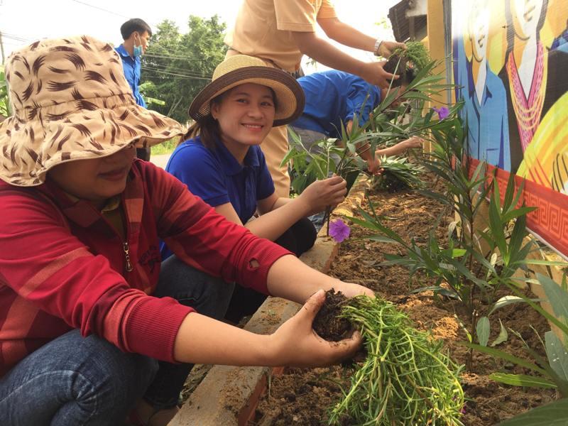Đoàn xã Tam Phước ra quân khởi động tháng thanh niên: Trồng hoa, cây cảnh đường trục chính khu dân cư kiểu mẫu Cẩm Khê.