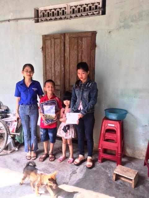Đoàn xã Tam Đàn: trao quà hỗ trợ hộ thanh niên nghèo